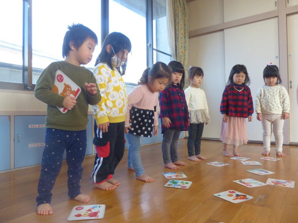少しずつひらがなを覚えてきた子どもたち☆カルタ遊び だ~いすき!!