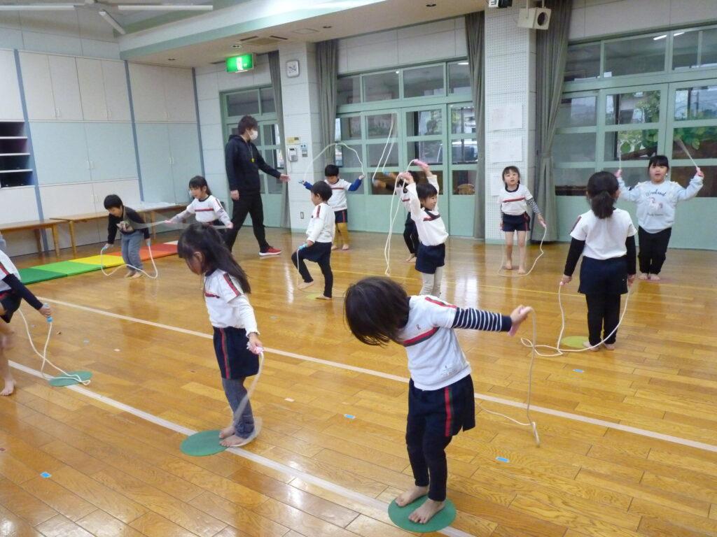 運動遊び☆縄跳びの練習を頑張っています!