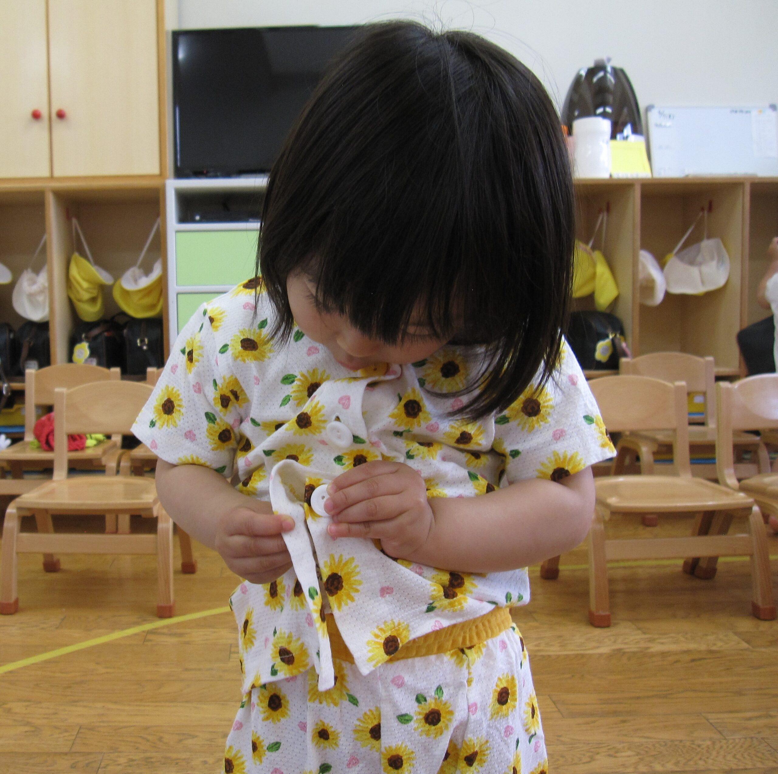 パジャマの着脱の練習でボタン掛けも出来るようになってきたよ☆