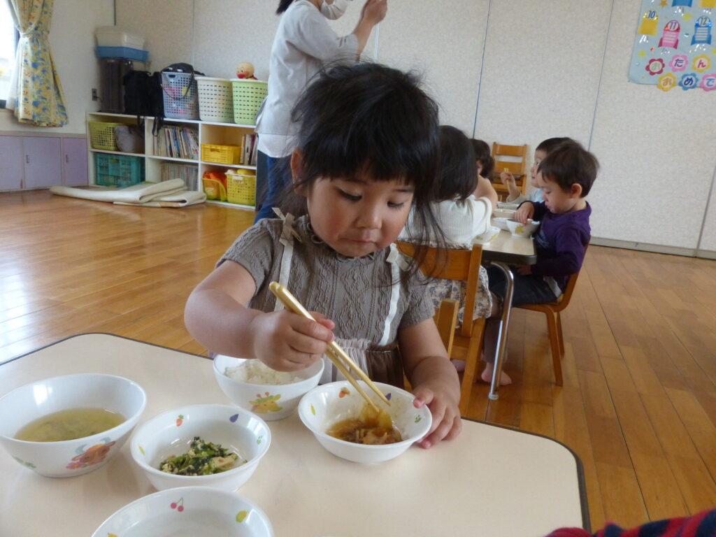 お箸で食べる練習を始めました
