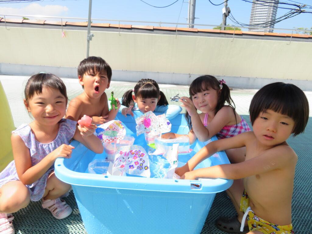 水遊びではみんなで作った船で遊んだり、   あわ遊びをして楽しみました♪